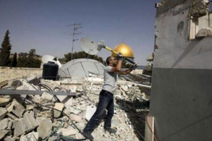 الاحتلال يرغم عائلة على هدم منزلها في جبل المكبر