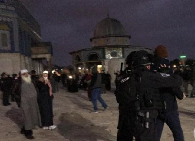 فيديو| الاحتلال يعتقل مسناً ويعتدي على المصلين في الأقصى