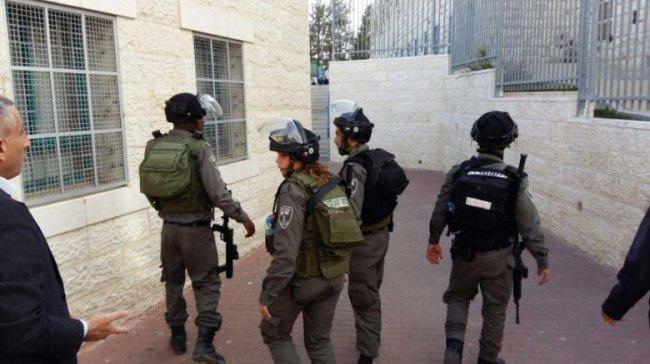 فيديو .. قوات الاحتلال تقتحم مدرسة في الخليل لتعتقل طفلا