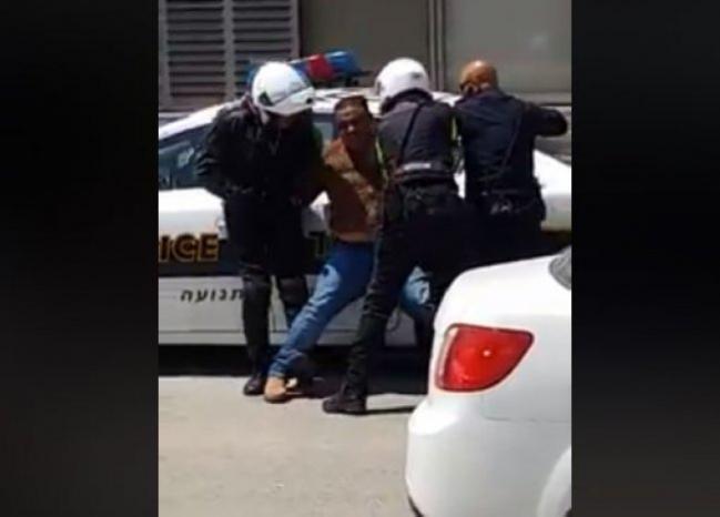 بالفيديو | قوات الاحتلال تعتدي بعنف على مدرّس في بئر المكسور