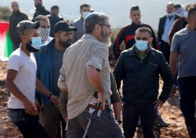 مستوطنون يحرقون مغسلة سيارات في قرية النبي صموئيل غرب القدس المحتلة