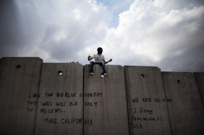"""""""الجانب الآخر من الجدار"""": كتاب يوثق عنصرية الاحتلال ومظالم الفلسطينيين"""