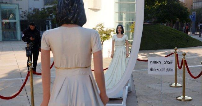 صور   تمثال ساخر لوزيرة الثقافة الإسرائيلية وسط تل أبيب