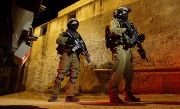 اعتقالات ومداهمات للاحتلال بمناطق متفرقة من الضفة