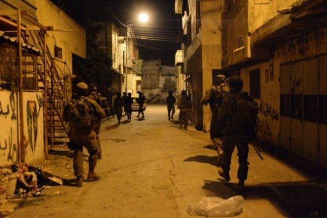 قوات الاحتلال تعتقل 12 شاباً من الضفة بينهم جريح
