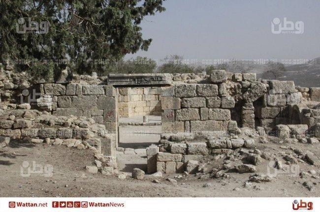 ابو عبد الله .. المسيحي الوحيد في سبسطية المبجلة، يخدم بقايا الكنيسة
