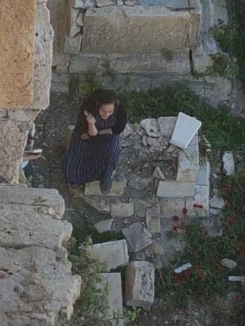 مستوطنتان تحطمان قبرًا في مقبرة الرحمة الملاصقة لجدار الأقصى