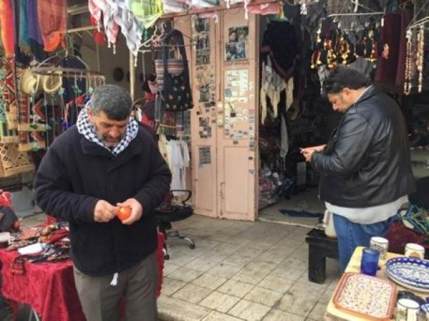 خاص بالفيديو  عبد الرؤوف متشبث حتى الجذر في محله وبيته بجانب الحرم الإبراهيمي