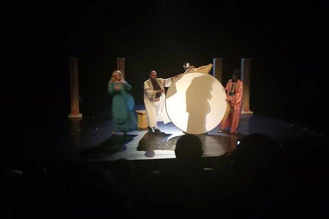 """على مسرح القصبة.. مسرحية """"ثياب الملك"""" تحارب الدكتاتورية"""