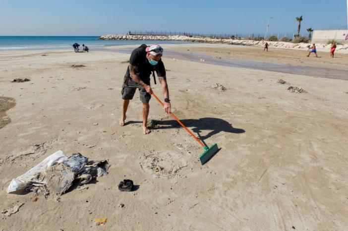 2 طن من القطران عند الشواطئ اللبنانية نتيجة الاعتداء الاسرائيلي البيئي