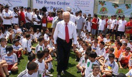 بالفيديو...فتية من الخليل يلعبون الكرة مع إسرائيليين في أحد مستوطنات غلاف غزة..من المسؤول عن إرسالهم؟