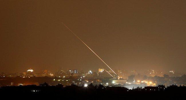 """فيديو  اطلاق 3 صواريخ من غزة وصافرات الإنذار تدوي في """"تل ابيب"""""""