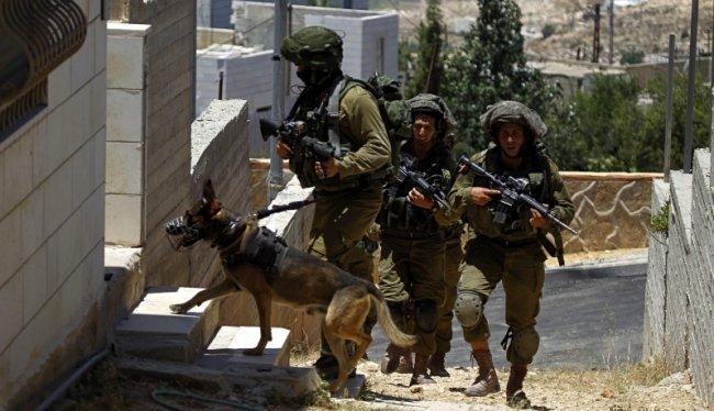 الاحتلال يقتحم عدة بلدات في الخليل وينصب الحواجز