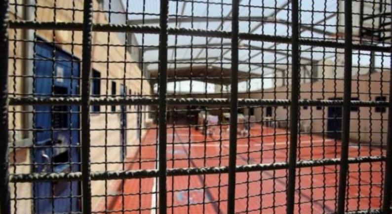 """""""هيئة الأسرى"""": الاحتلال يواصل عزل الأسير حاتم القواسمة في ظروف صعبة"""