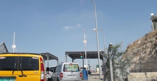 الاحتلال يعتقل زيد القواسمة من الخليل على حاجز الكونتينر