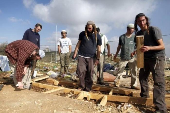 مستوطنون يعتدون على منزل جنوب الخليل ويصيبون مواطن ونجله بجروح
