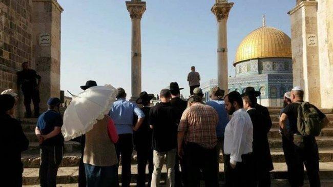 مستوطنون يقتحمون الأقصى والمقدسيون يصلون على الأبواب