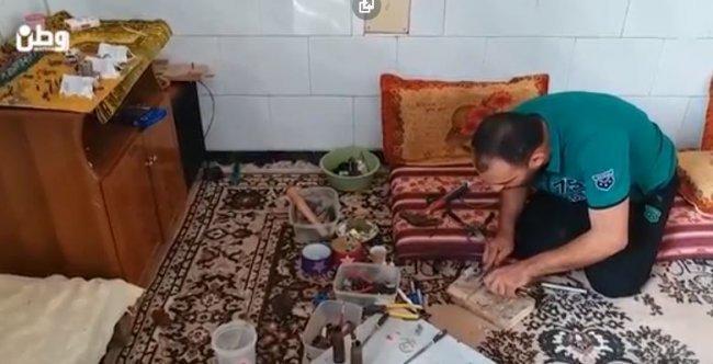 فيديو | غزة: مجدي أبو طاقية يحيل قنابل الاحتلال ورصاصاته لتحف فنية