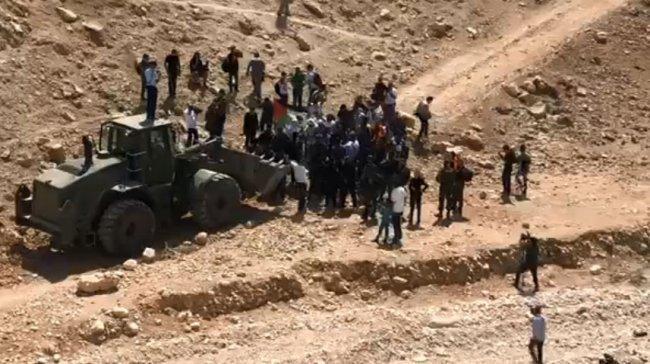 فيديو| الاحتلال يعتقل شباناً تصدوا لجرافته خلال اغلاقها طرق الخان الأحمر
