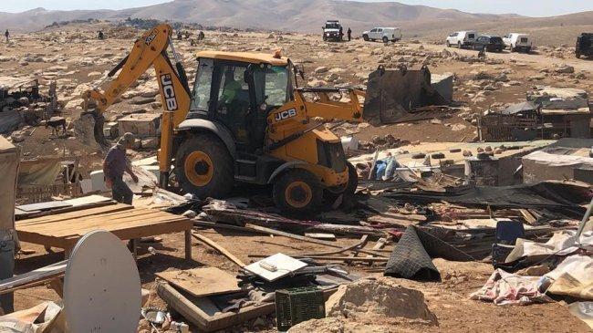 جرافات الاحتلال تفترس مساكن تجمع ابو النوار