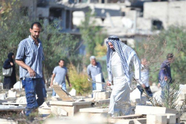 """""""مقبرة اليرموك"""": رحلة """"لمّ الشمل"""" بين الأحياء والأموات"""