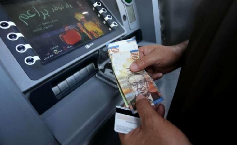 """ملحم: وقف اقتطاعات """"القروض البنكية"""" من رواتب الموظفين هذا الشهر وتأجيل الصرف ليوم الأربعاء"""