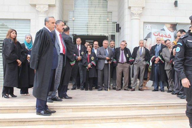 بالتنسيق مع مجلس القضاء الأعلى نادي القضاة الفلسطينيين ينظم وقفة تضامنية مع الأسرى