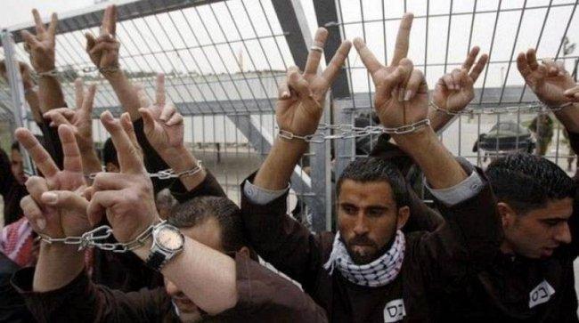 12 أسيراً أمضوا ما يزيد عن 30 عاماً خلف القضبان