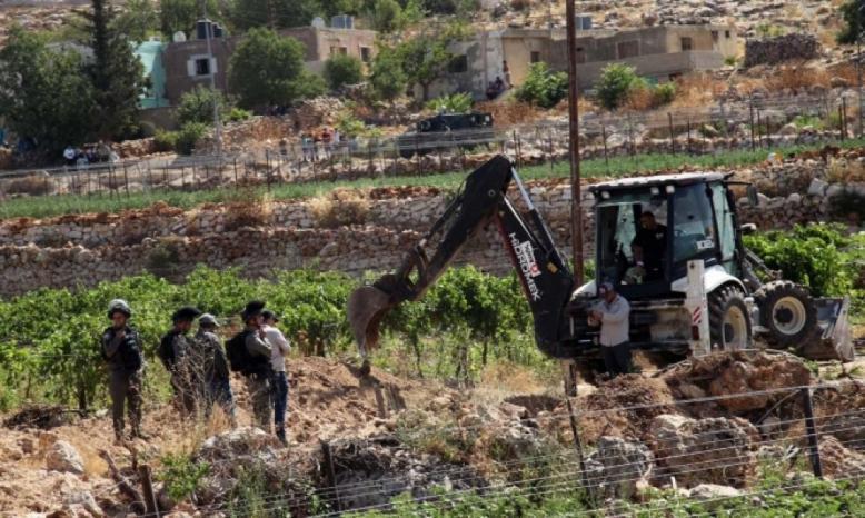 الاحتلال يجرف أراضي زراعية في البقعة شرق الخليل