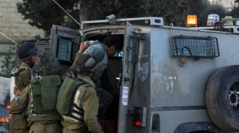 الاحتلال يعتقل خمسة شبان ويفتش عدة منازل في الخليل