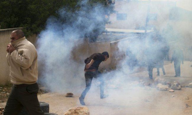 17 إصابة بالاختناق بمواجهات مع الاحتلال بأبو ديس