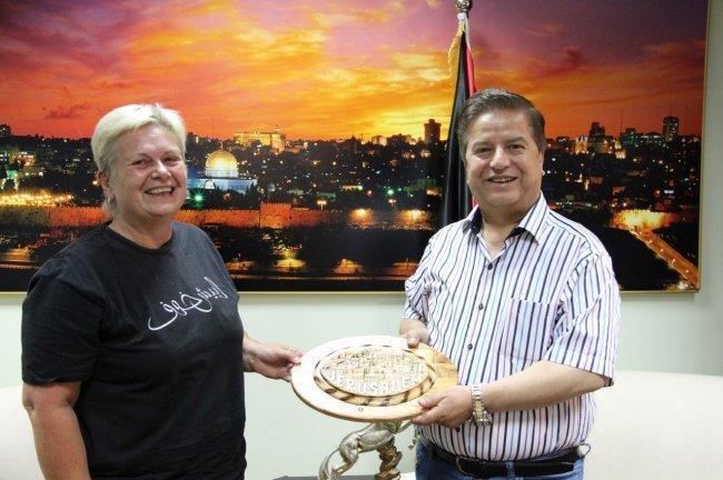 وزير الصحة عواد يكرم متطوعة نرويجية تساند فلسطين منذ 10 أعوام