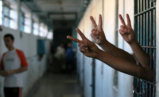 """الأسير محمد السعدة.. دخل السجن """"أمياً"""" وتحدى السجان فأنهى دراسته الثانوية!"""