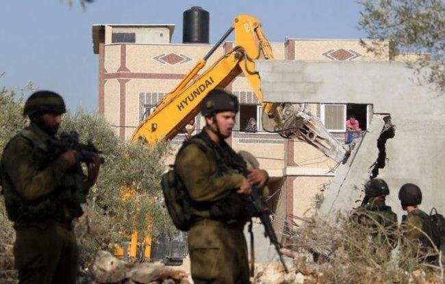 """الاحتلال يخطر بهدم منشآت في العيسوية ومبنيين تابعين لـ""""أونروا"""" بمخيم شعفاط"""