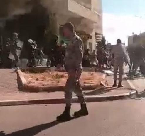 إصابتان خلال مناوشات بين مواطنين والأجهزة الأمنية بمخيم الدهيشة، والمحافظ يقرر تشكيل لجنة تحقيق فورية