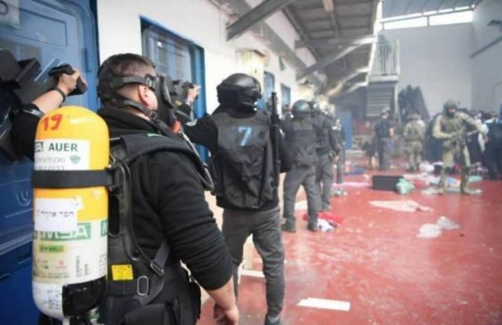 """قوات القمع تقتحم قسم (16) في سجن """"عوفر"""" وتنقل الأسير رامي فضايل"""