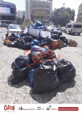 صور| النفايات مكدسة على دوار الساعة .. والبلدية توضح السبب
