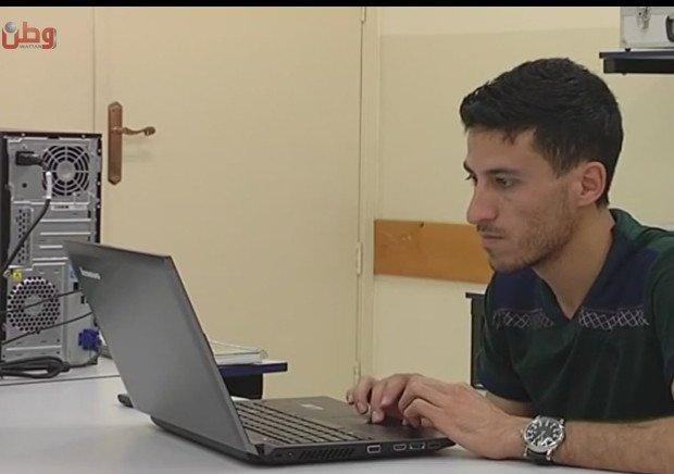 """خاص لـ """"وطن"""": بالفيديو... الخليل: طالب يعمل على تحويل الكتاب المدرسي إلى إلكتروني"""
