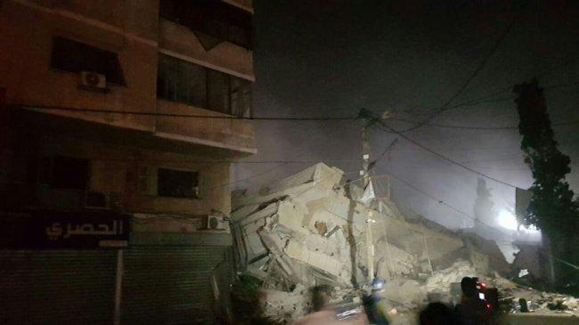 """فيديو.. طيران الاحتلال الحربي يدمر بناية """"الخزندار"""" وسط غزة"""