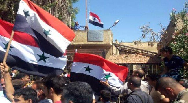 """الجيش السوري يدخل """"طفس"""" في ريف درعا ويرفع العلم الوطني فوق مجلس المدينة"""