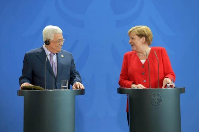 ميركل تؤكد للرئيس دعم بلادها السلام على أساس حل الدولتين