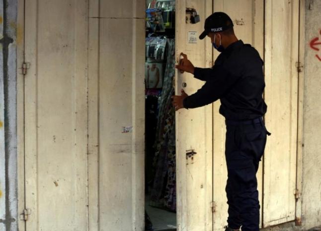 غزة.. إغلاق 97 محلًا ومنشأة مخالفة لإجراءات الوقاية