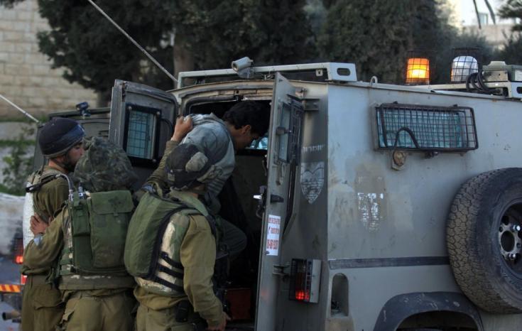 الاحتلال يعتقل خمسة مواطنين بينهم طفل من الخليل