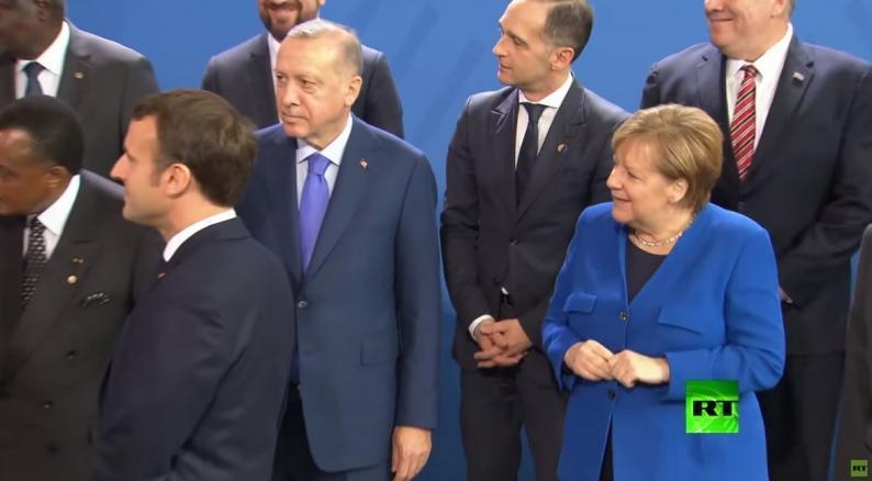 تأخر بوتين عن الصورة الجماعية في برلين يربك ميركل وماكرون