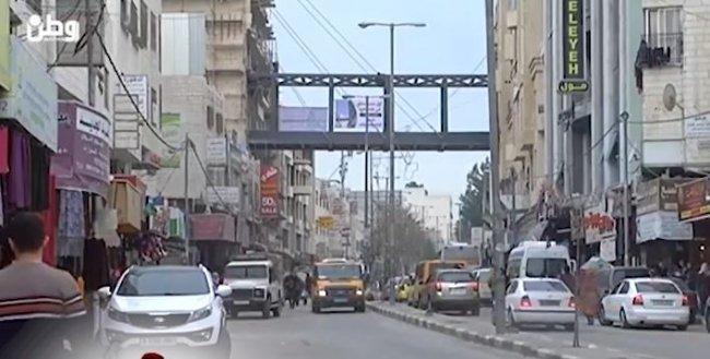 خاص بالفيديو| سيعيد الحياة للشارع القريب من تل ارميدة .. بناء أول جسر معلق في الخليل
