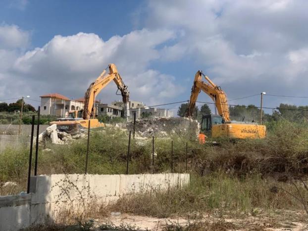 الاحتلال يخطر بهدم منشآت ومنزل في عين شبلي شرق نابلس