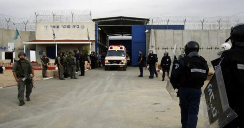 """أسير هاجم أحد السجّانين وأصابه بجراح صعبة في معتقل """"أوهلي كيدار"""" ببئر السبع"""