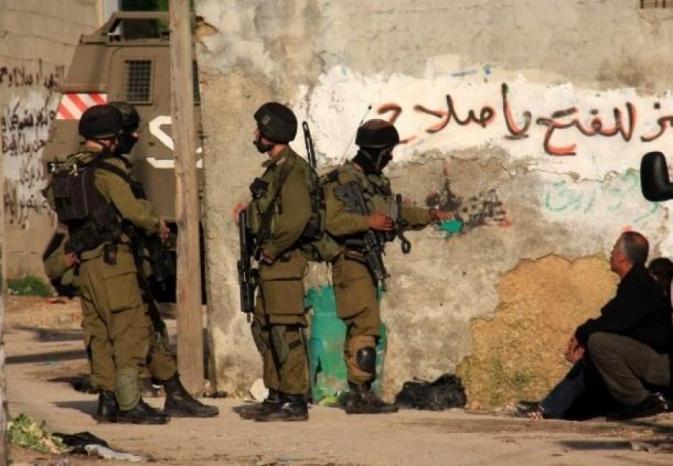 الخليل: الاحتلال يعتقل المواطن أحمد أبو ارميلة وينصب حاجزا عسكريا في العروب
