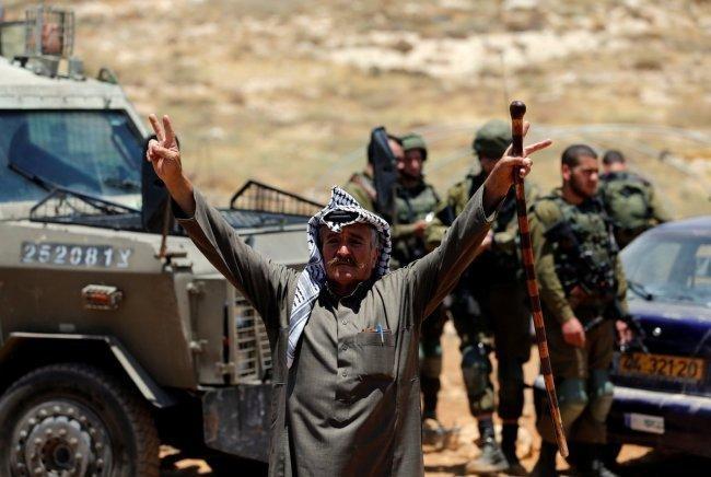 رفضاً لهدم الاحتلال منزله في النقب.. فلسطيني يرفع شارة النصر