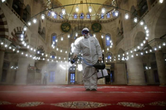 الحكومة: صلاة التراويح في المساجد.. وتعمل المطاعم والمقاهي فقط حتى العاشرة ليلا يوميا